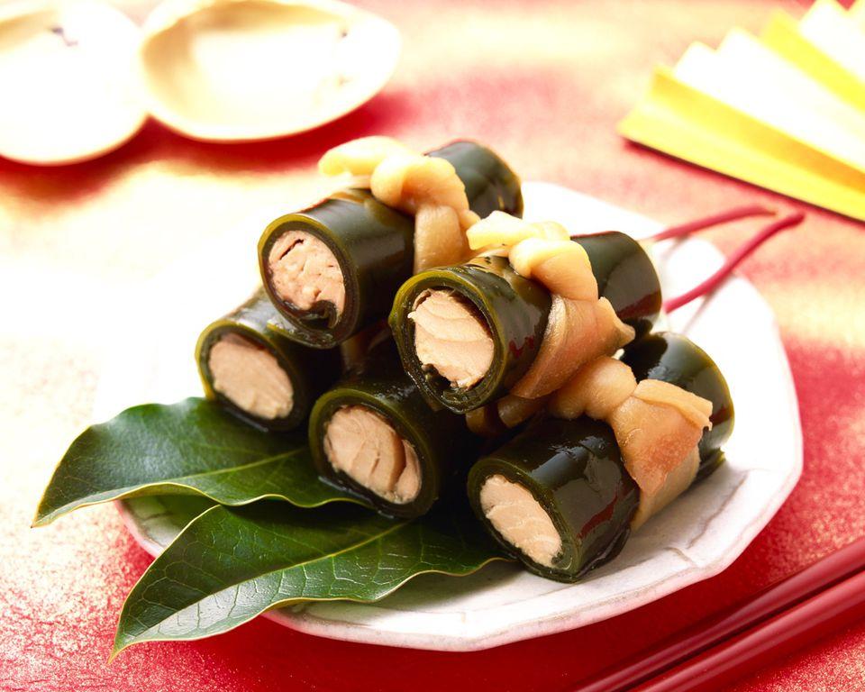 Kobumaki (Rollos de algas rellenas con salmón)