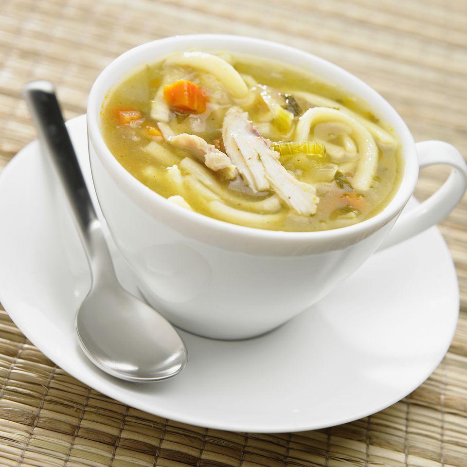 Sopa de pollo casera con fideos o arroz