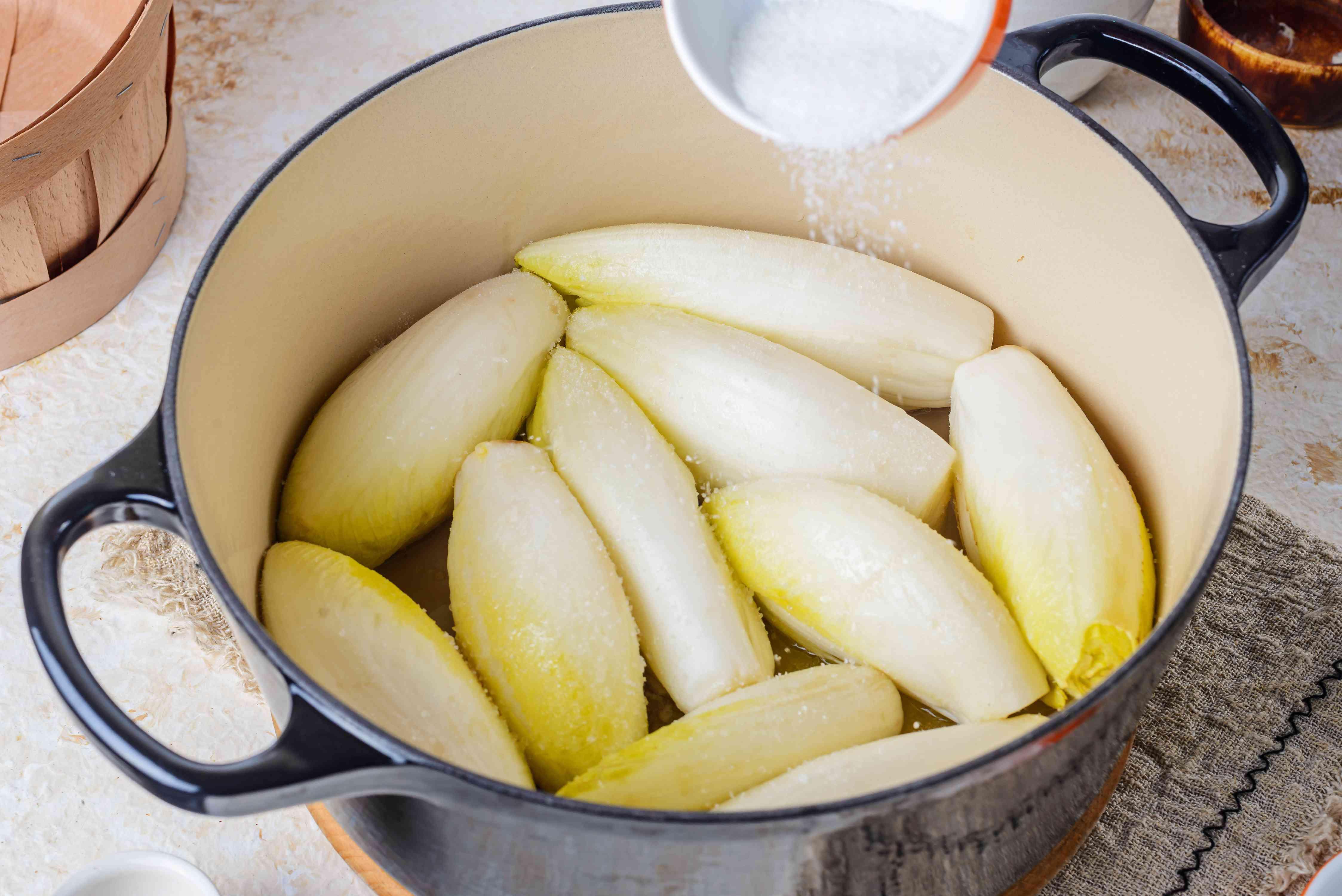 Adding sugar to endives in pot