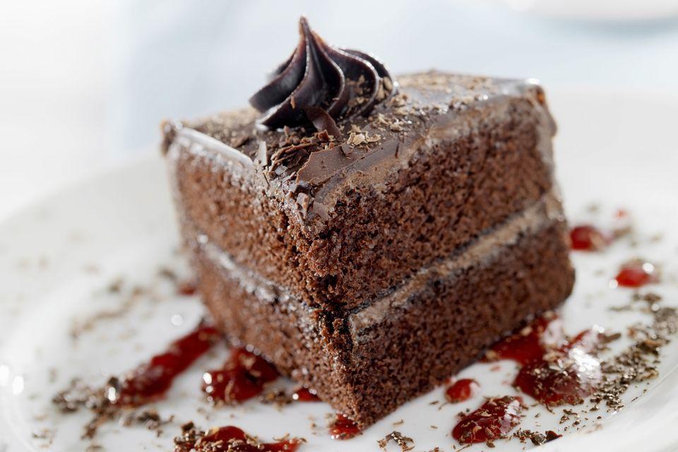 Pastel de chocolate suizo con glaseado de queso crema de chocolate