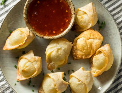 Fried wontons with chili sauce