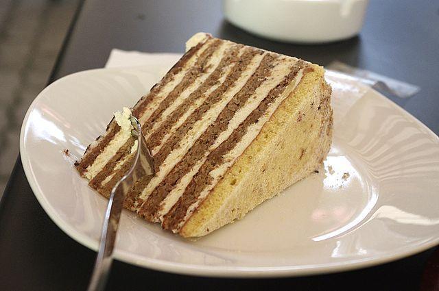 Eszterhazy-Torte in einer Soproner Konditorei.