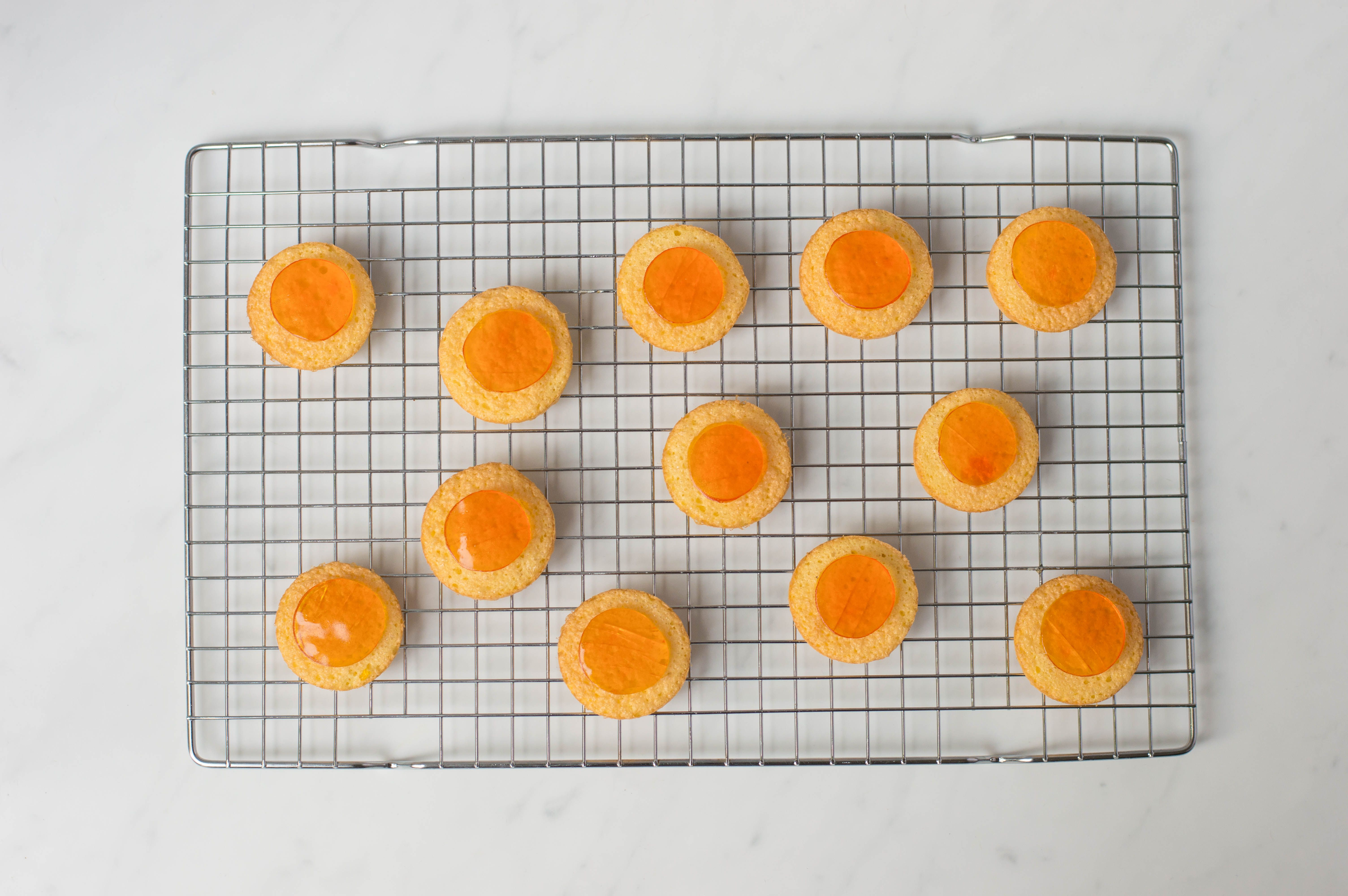 lay a disc of jelly onto cakes