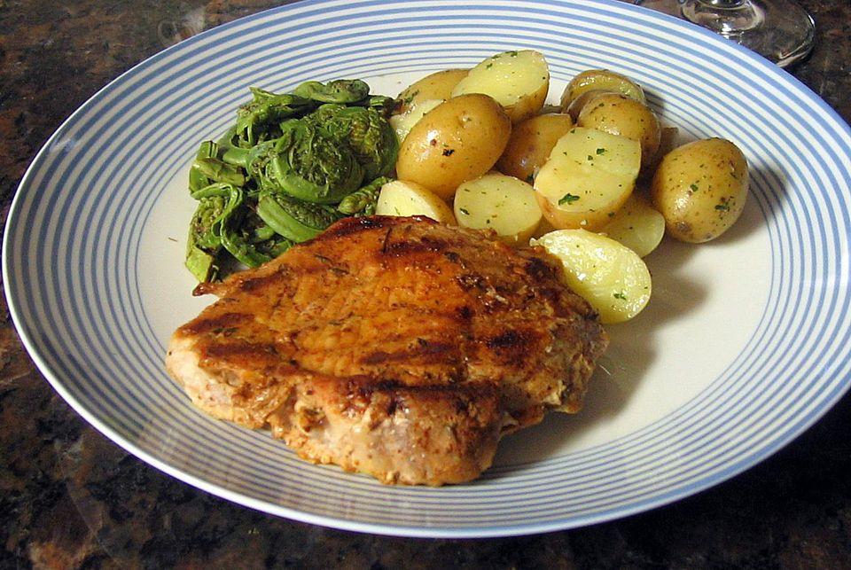 Chuletas de cerdo fáciles de asar a la parrilla con salsa picante