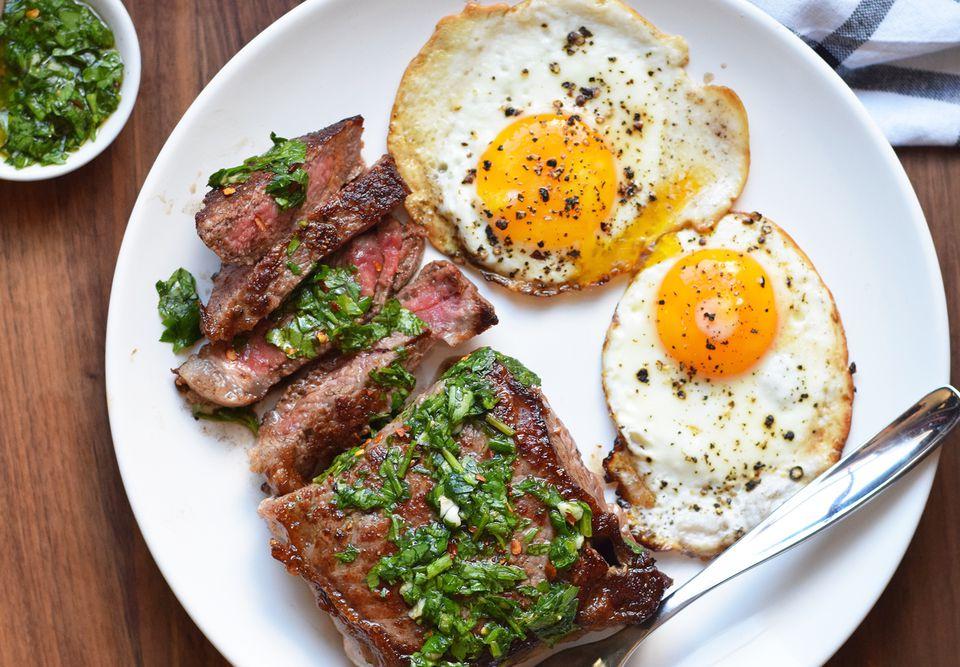 Filete y huevos con chimichurri
