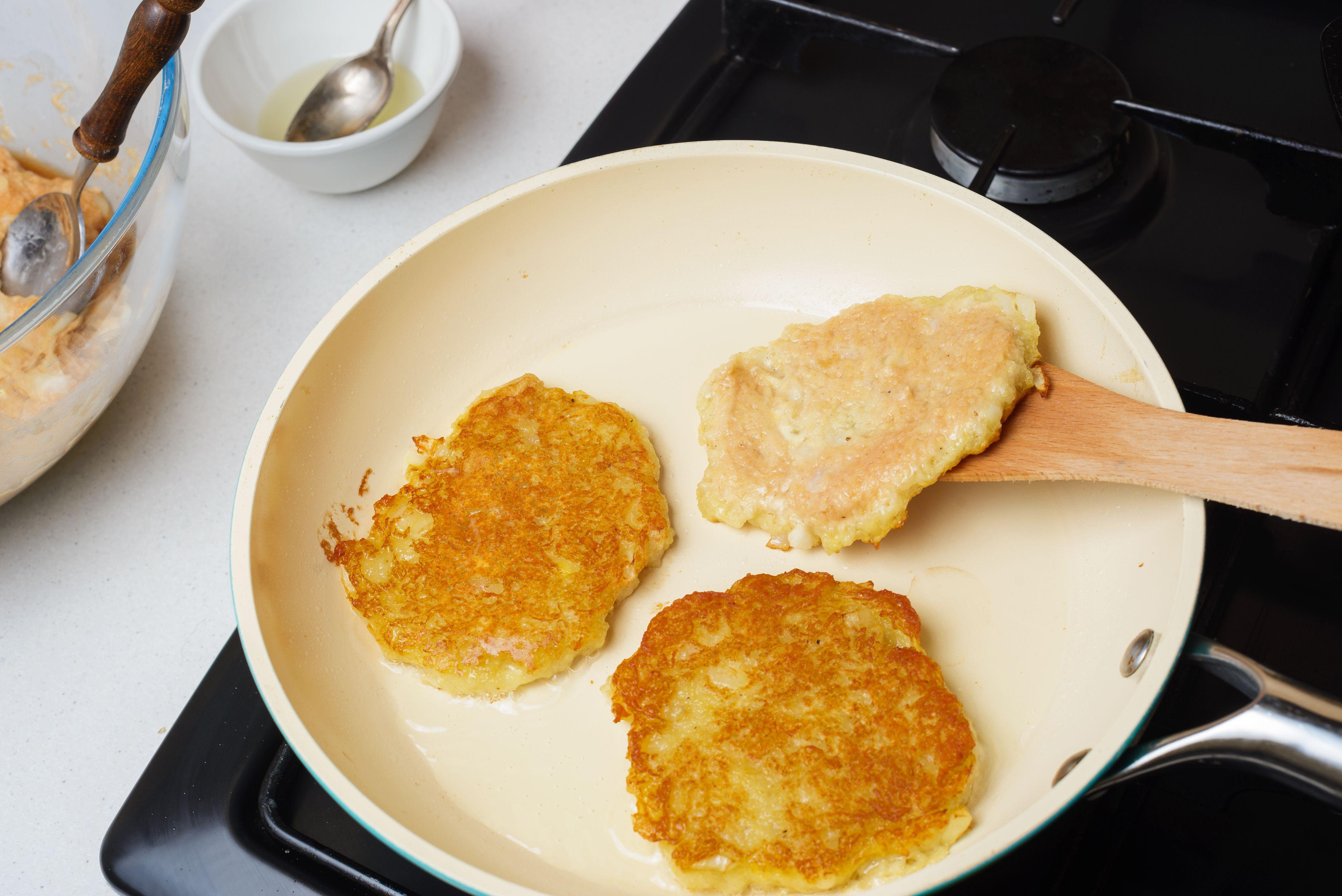 Cook latkes
