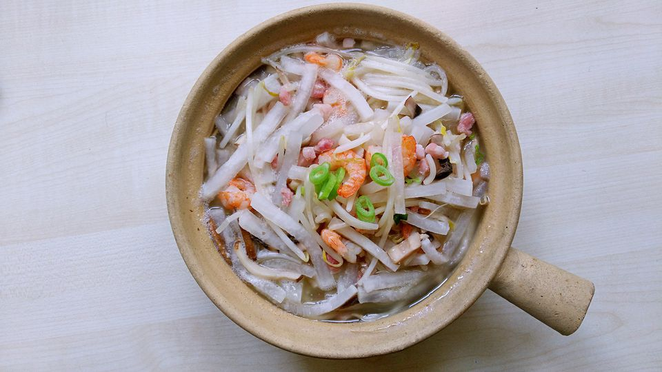 White radish prawn served in clay pot