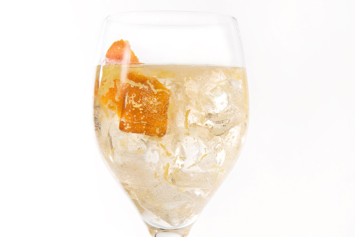 Easy White Wine Spritzer Cocktail Recipe