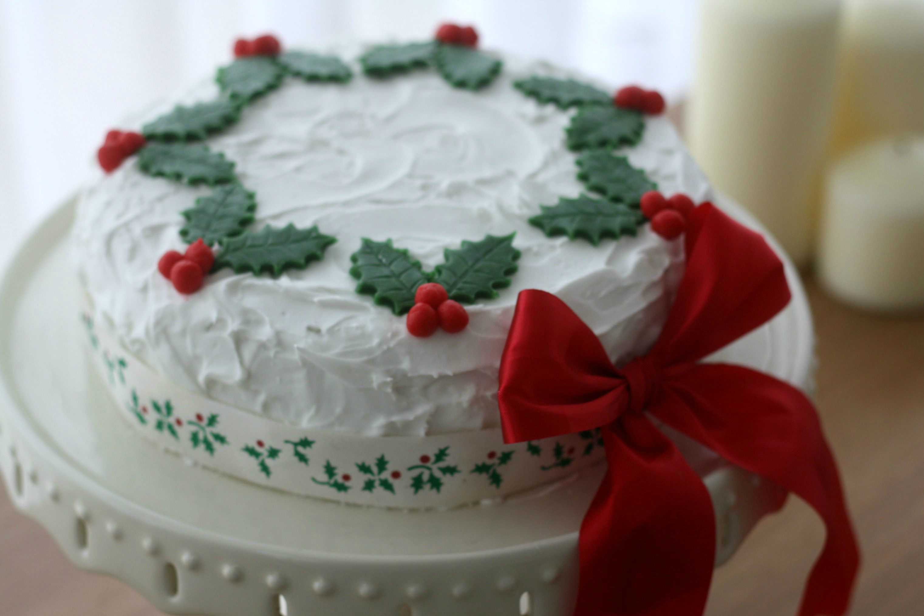 Christmas Wreath Cake from Makes, Bakes and Decor