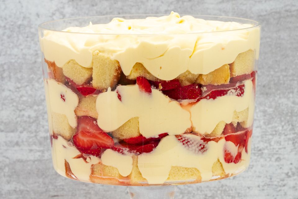 strawberry trifle with pound cake and pudding