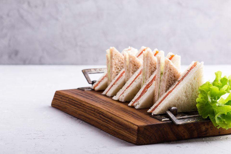 Sandwiches de té de salmón y queso crema