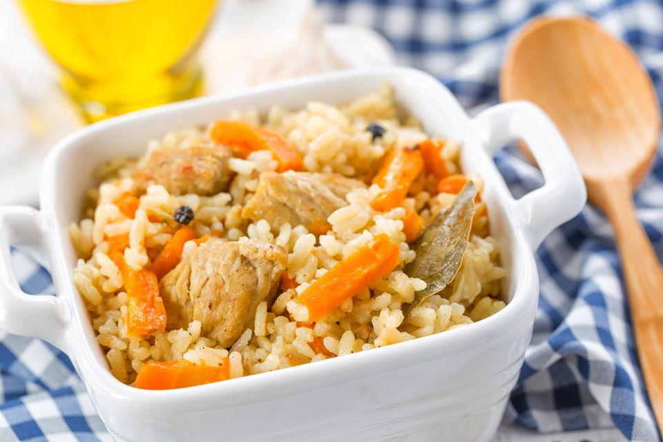 Pollo Bukharan y arroz Plov con verduras