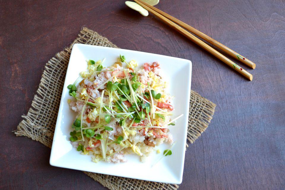 Receta de sushi de chirashi de cangrejo de nieve y huevo