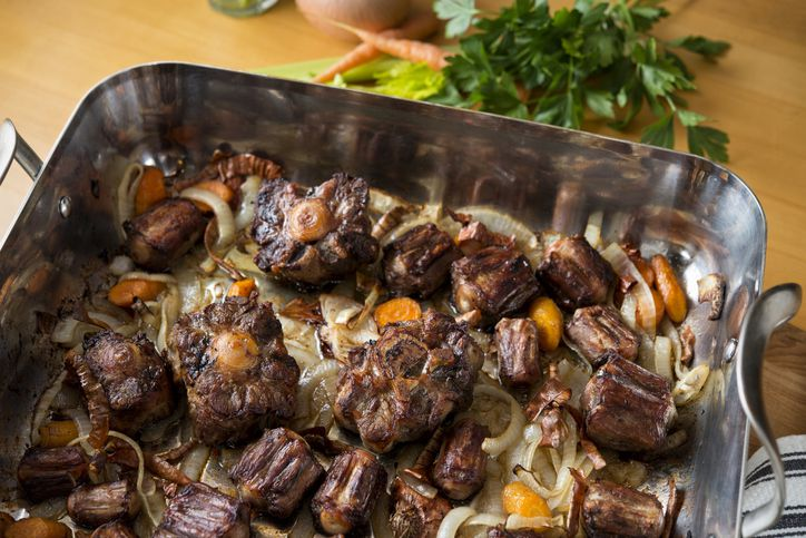 Roasted oxtails with carrots and onions