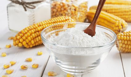 Cornstarch in a bowl, with corn around it