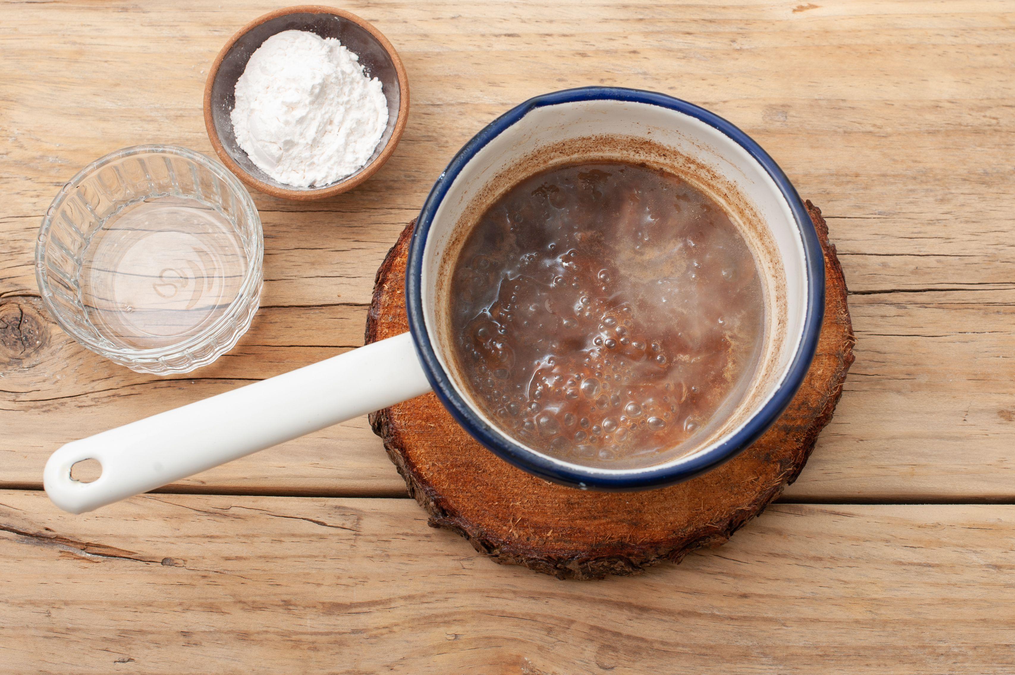 Put skimmed liquids in saucepan