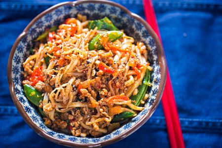 Top 10 chinese szechuan cuisine recipes sichuan spicy pork noodles with bean sprouts sugar snap peas and oak choi forumfinder Image collections