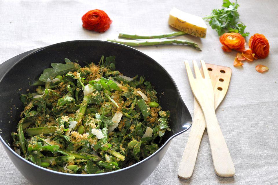Ensalada de espárragos y rúcula afeitada con aderezo de cilantro