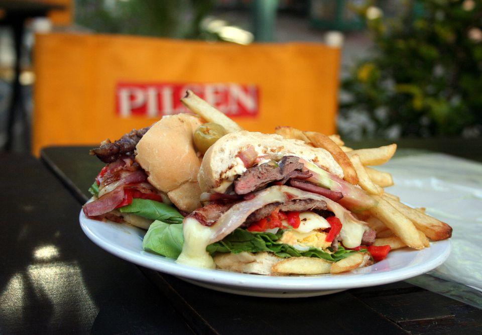 El Chivito: Sandwich más emblemático de Uruguay