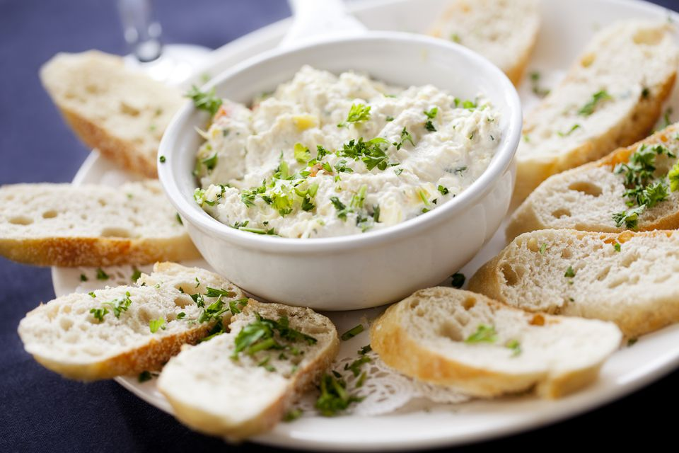 Appetizer: artichoke dip with slices of baguette