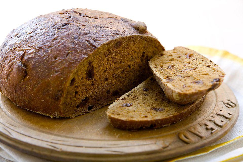 Pumpernickel loaf with slices