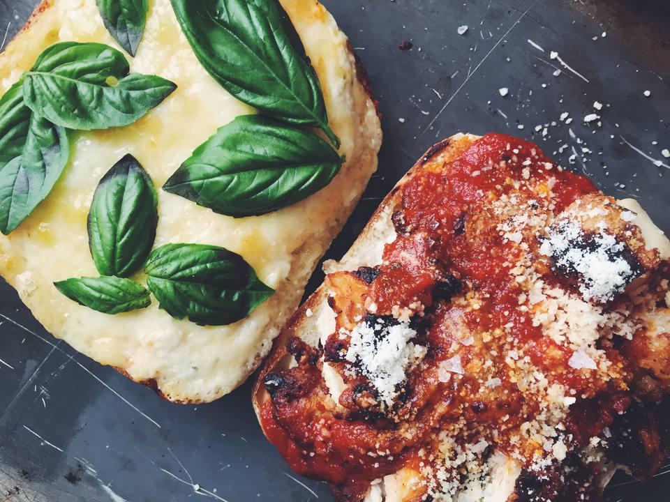 Un simple pero delicioso sándwich de pollo y parmesano