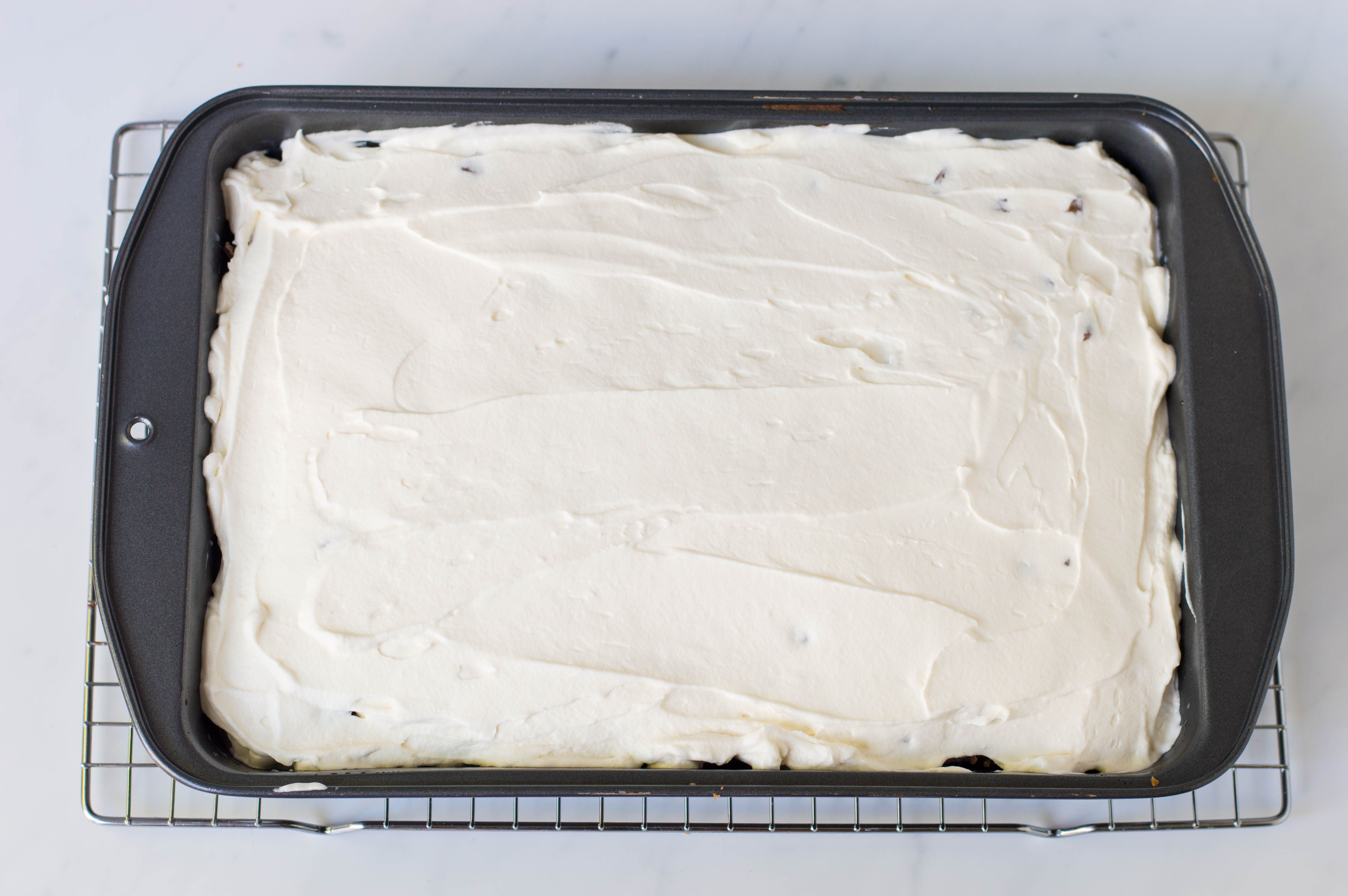 layer frosting on cake