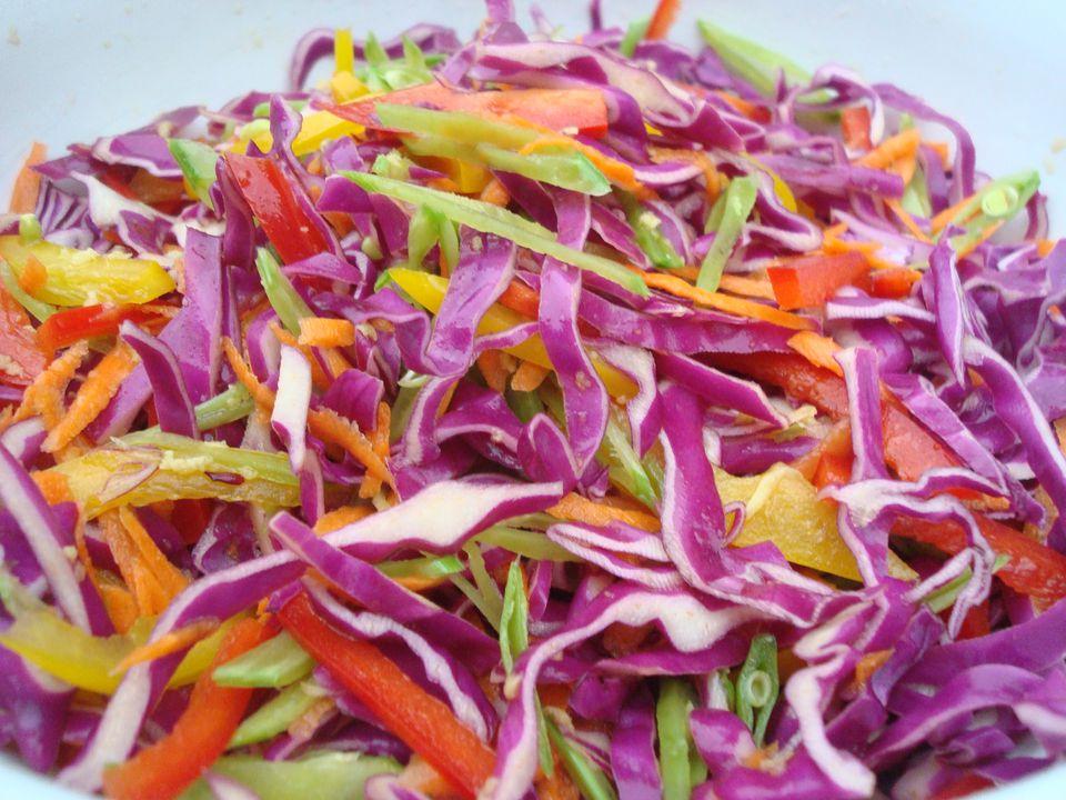 Ensalada de repollo arcoiris con vinagreta de jengibre y tamari (Parve)