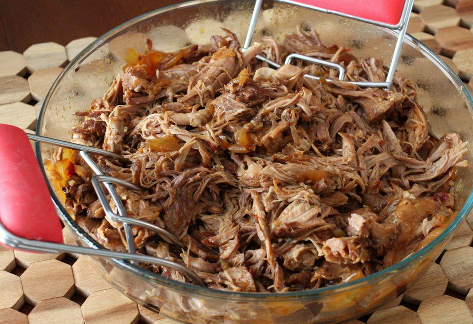 Pote de cerdo con salsa de chipotle