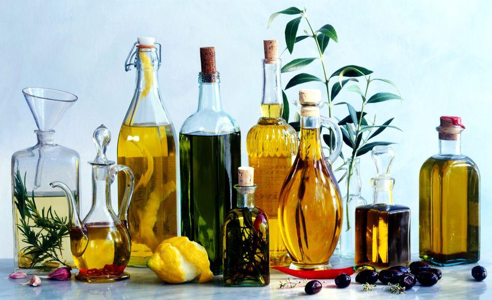Cómo hacer aceites de hierbas aromatizados para cocinar