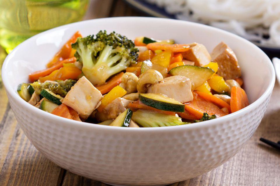 Salteado de tofu vegano con verduras en salsa de maní