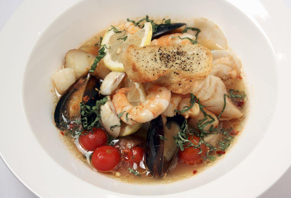 Bouillabaisse es un clásico guiso de mariscos