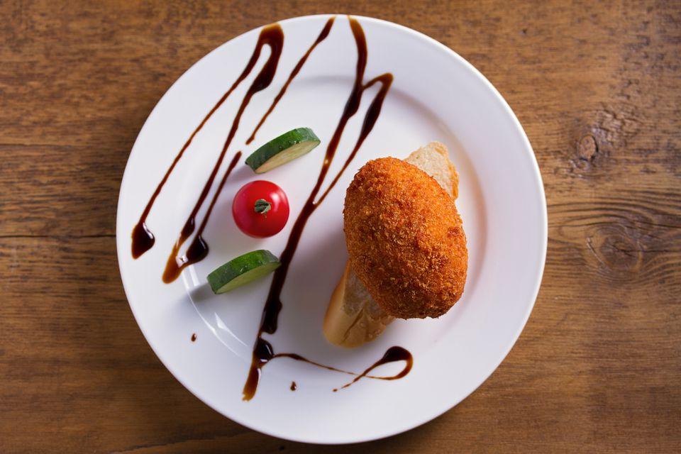 Pollo con corteza de copo de maíz Cordon Bleu