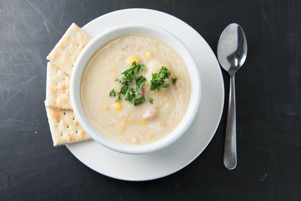 Sopa de eglefino ahumado con receta de maíz dulce