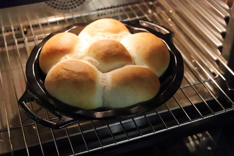 lodge-cast-iron-pie-pan-rolls