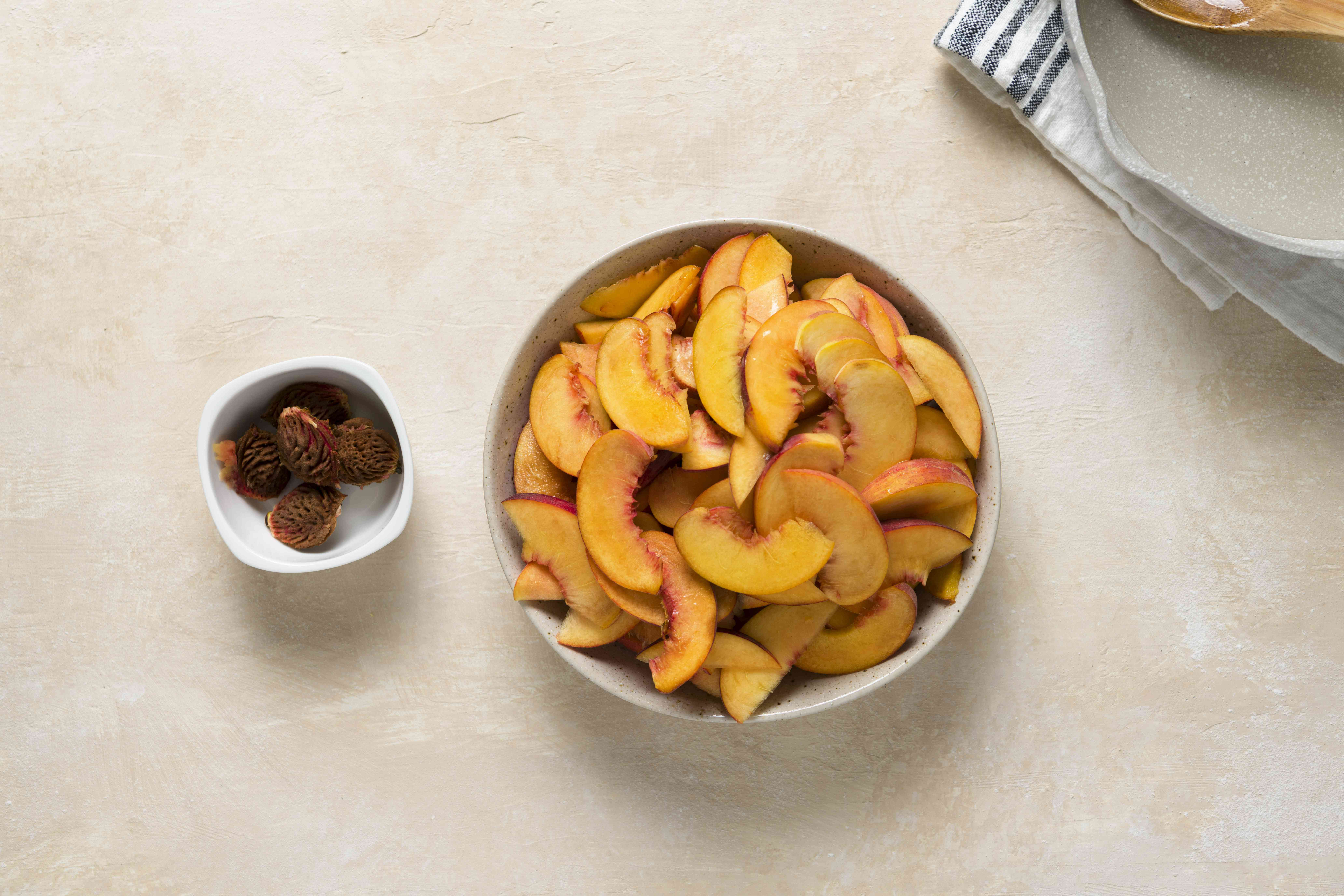 A bowl of sliced peaches