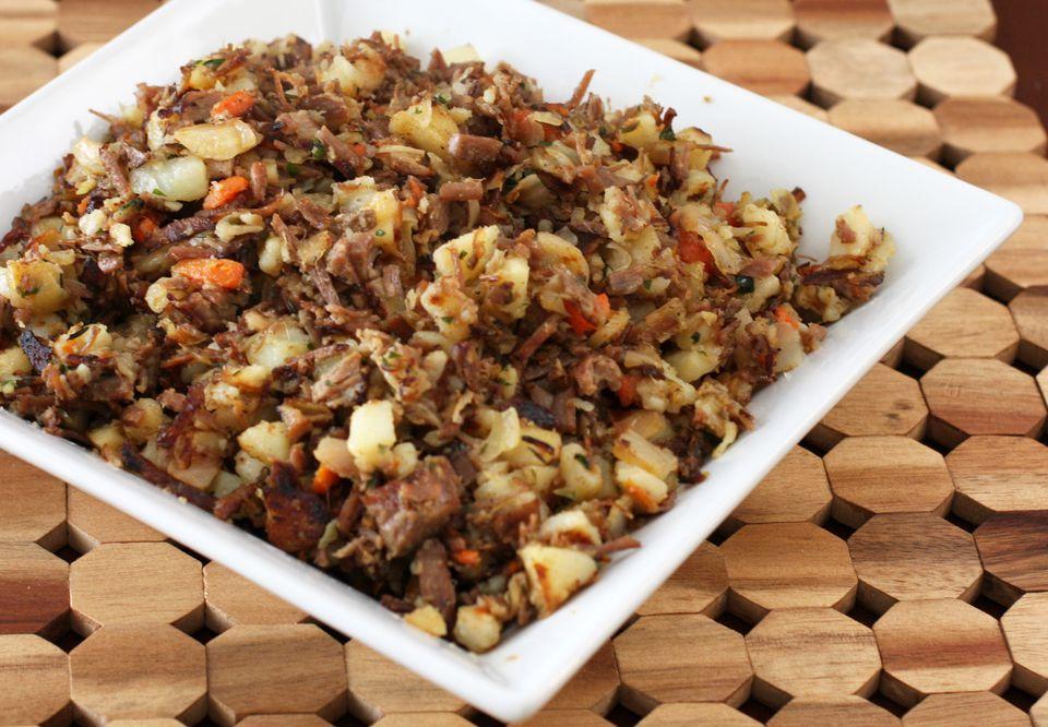 Hash de carne en conserva con repollo y zanahorias