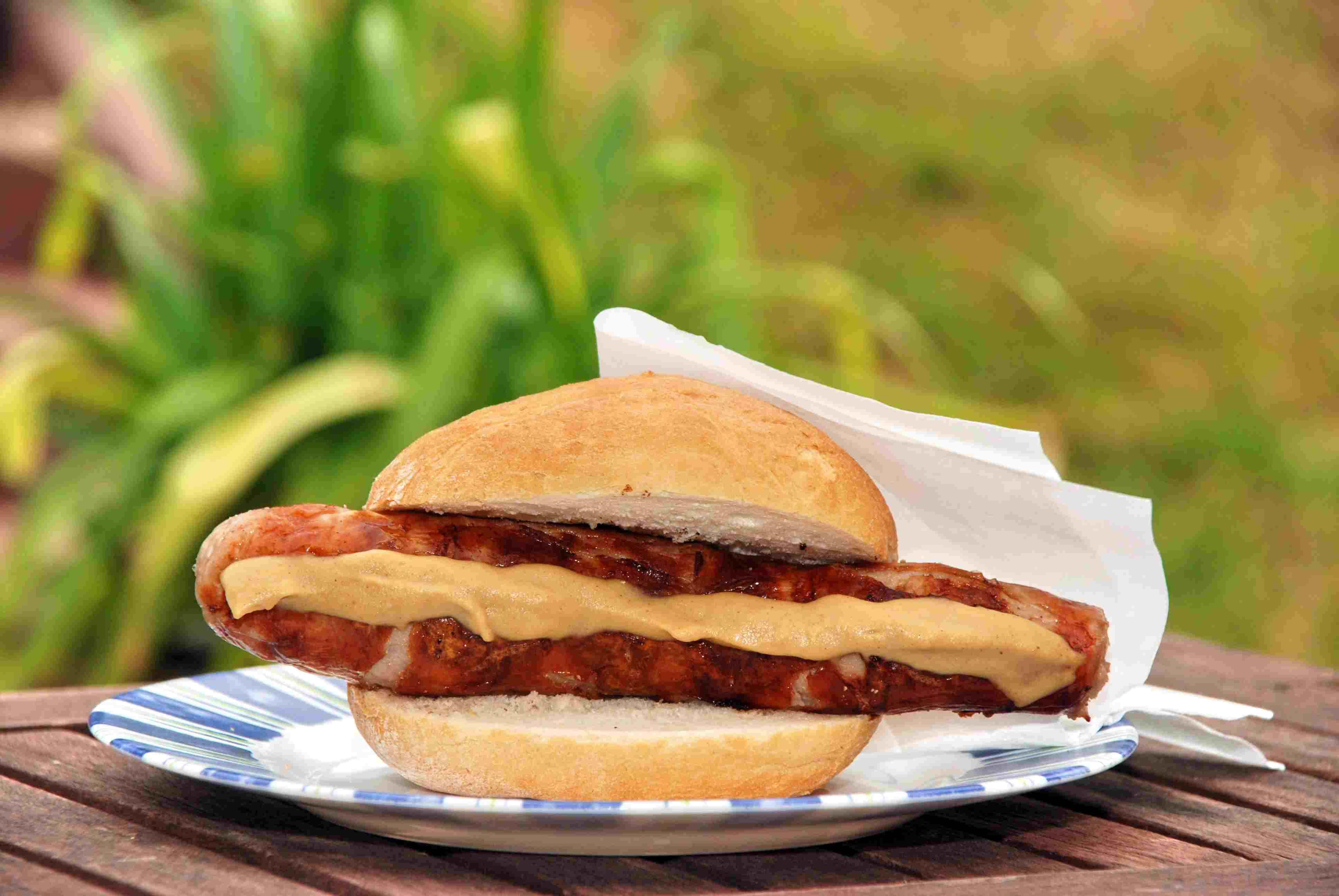 Knackwurst/Knockwurst with mustard on bun