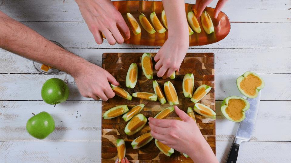 Chupitos de gelatina de manzana y caramelo