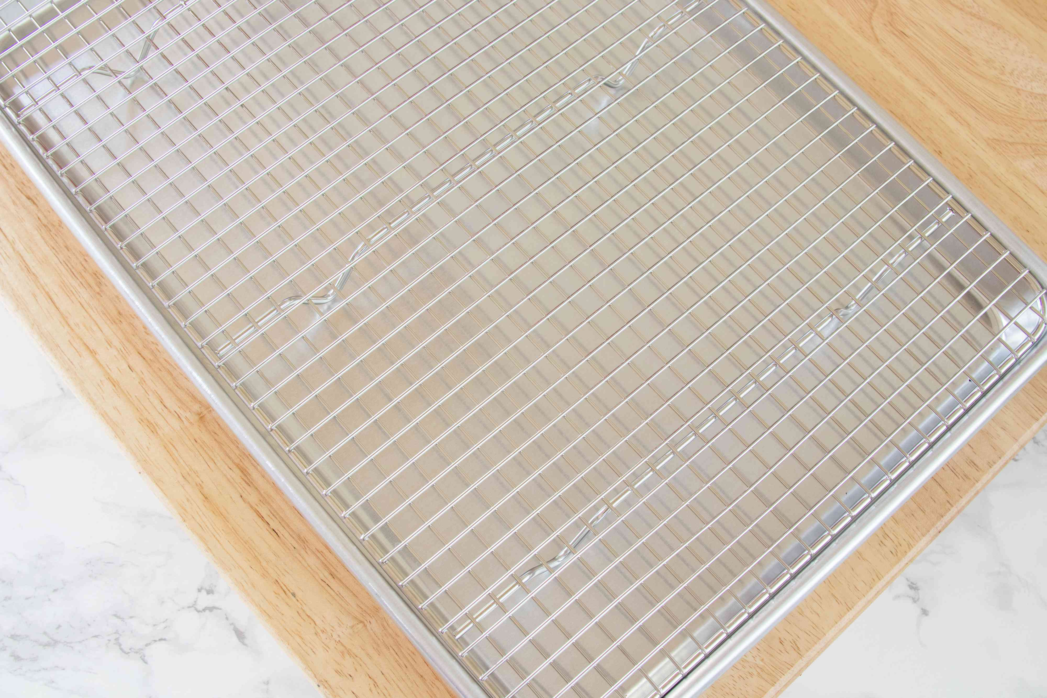 Baking sheet fitted with a wire rack