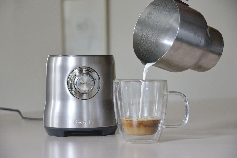 breville-milk-cafe-milk-frother-pour