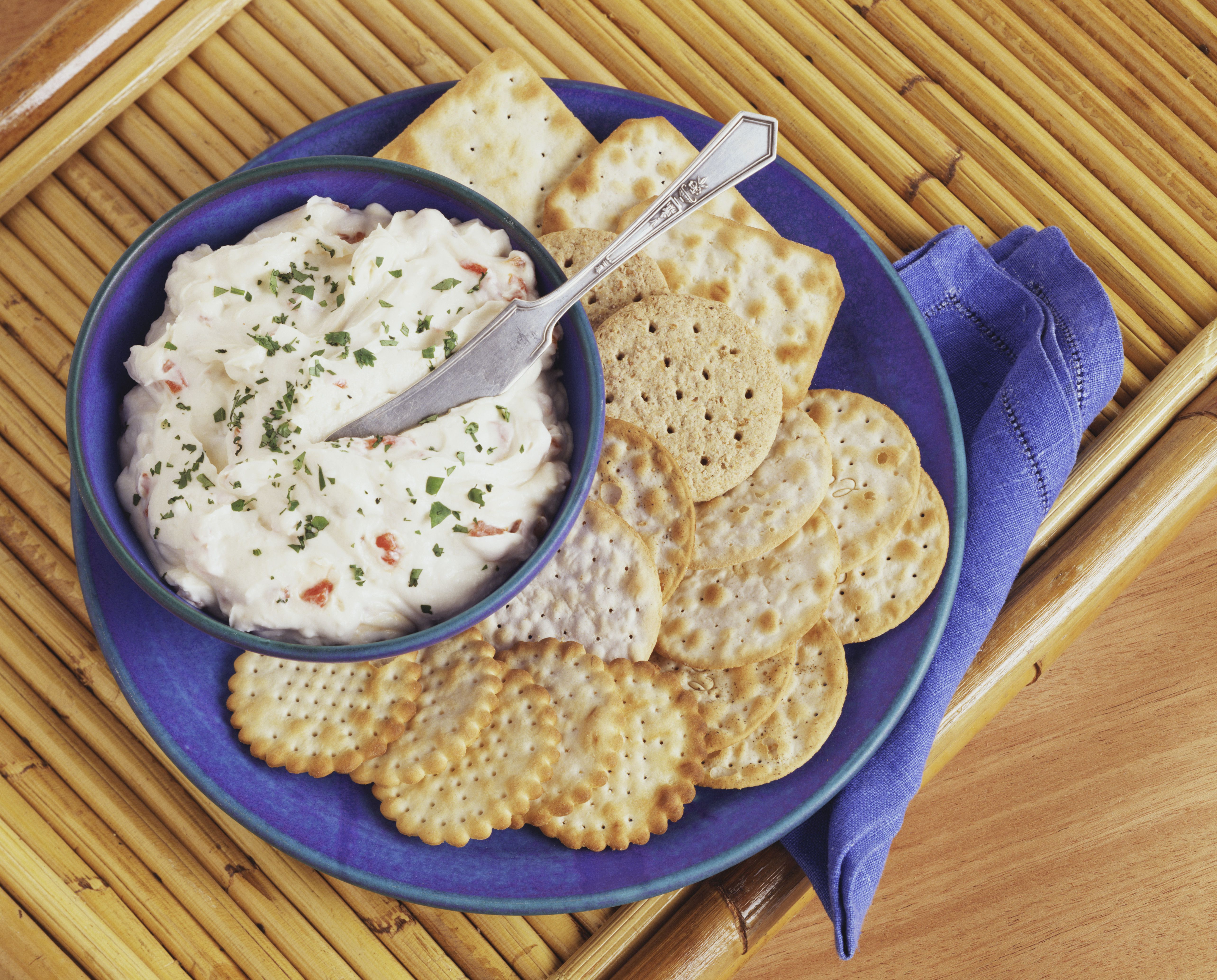 Crab dip with crackers