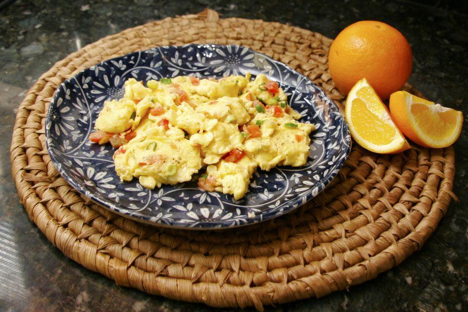 Huevos revueltos con tomates y pimientos