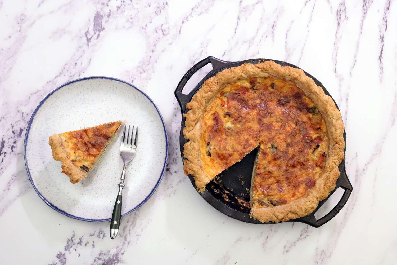 lodge-cast-iron-pie-pan-slice