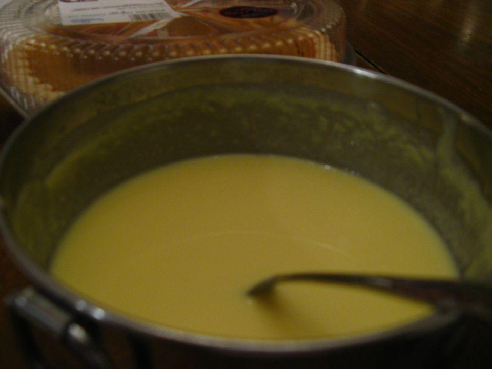 A bowl of creme anglaise