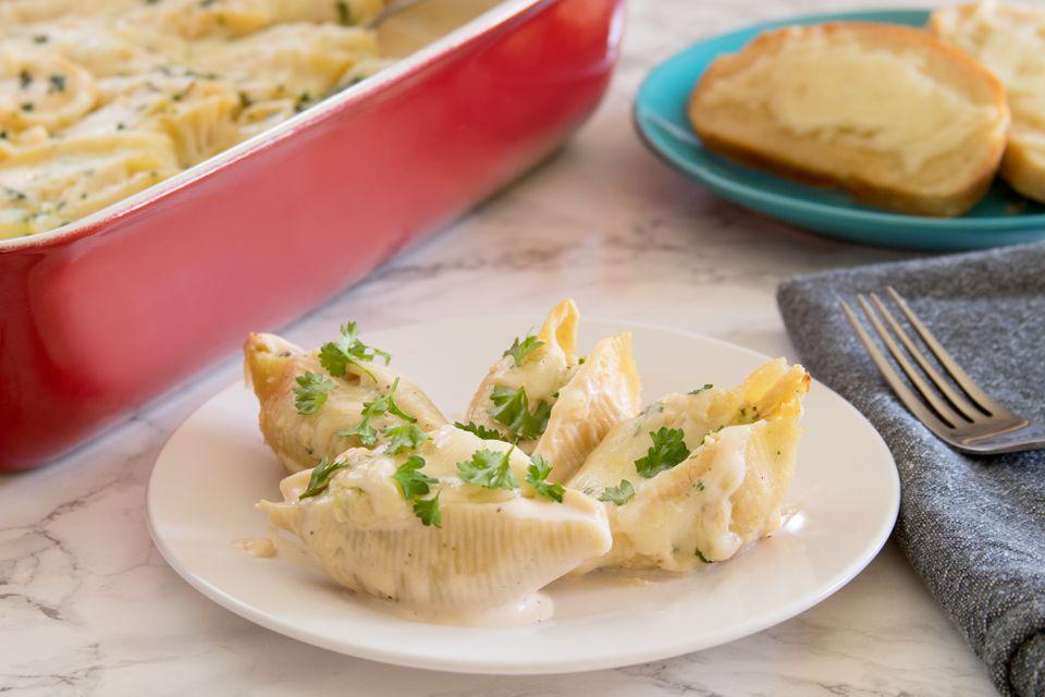 Conchas de pollo rellenas con salsa Alfredo