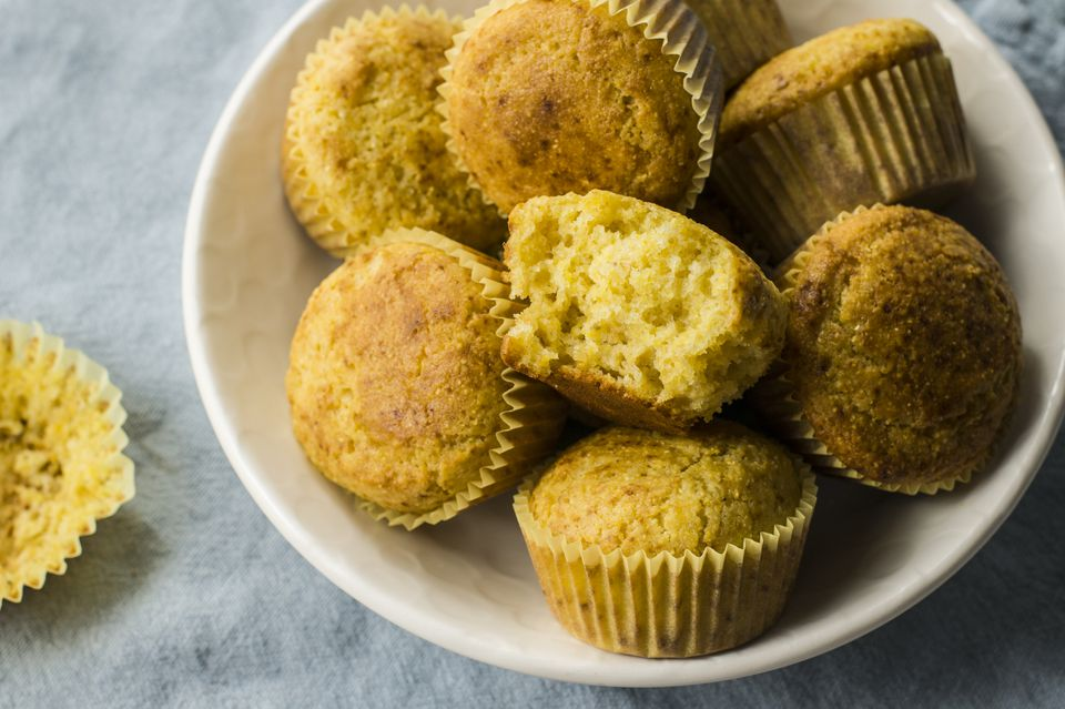Muffins de pan de maíz con crema agria