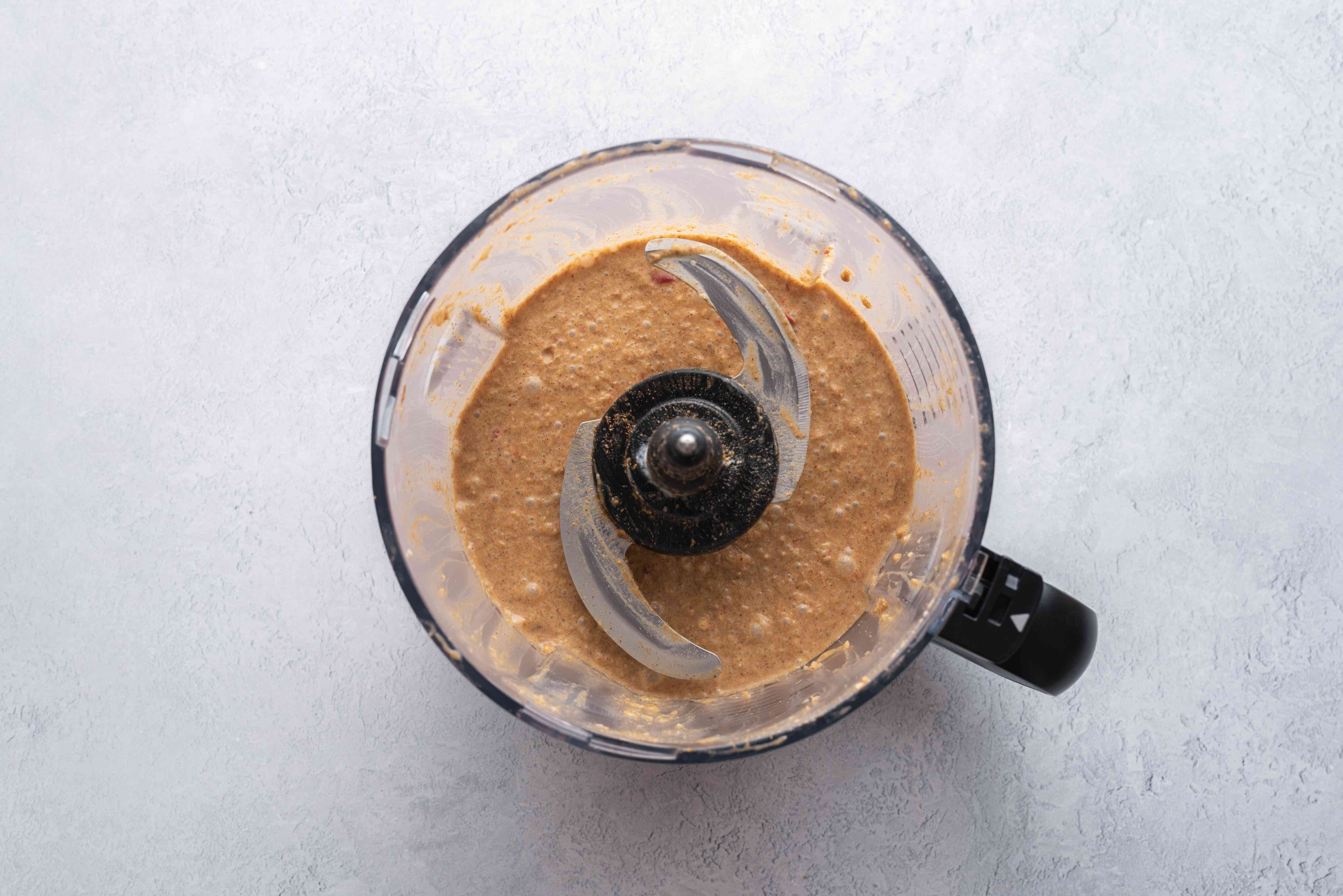 A food processor with sauce for rendang chicken curry