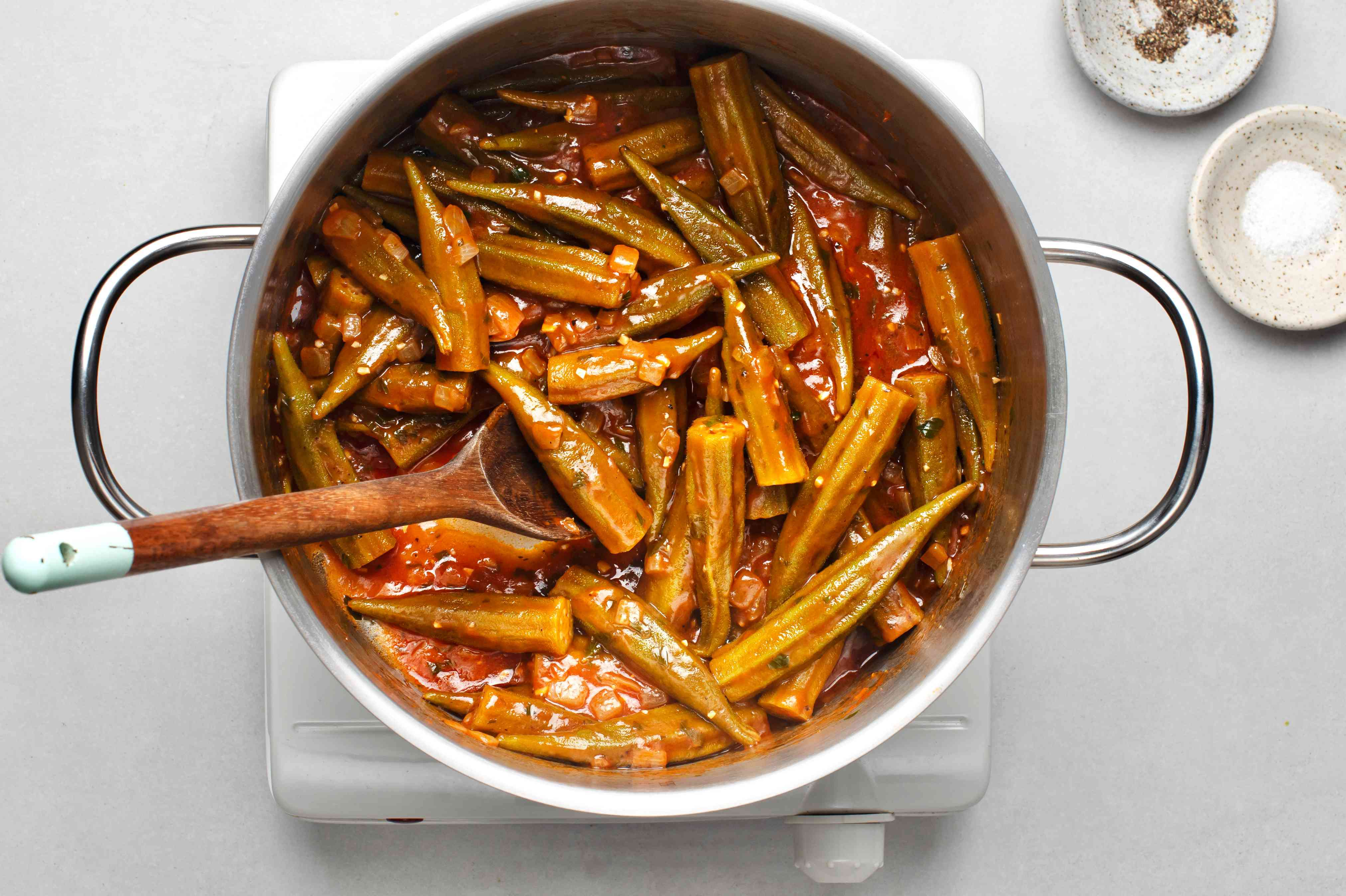 Bamies Latheres me Domata: Stewed Okra in Tomato Sauce in a pot