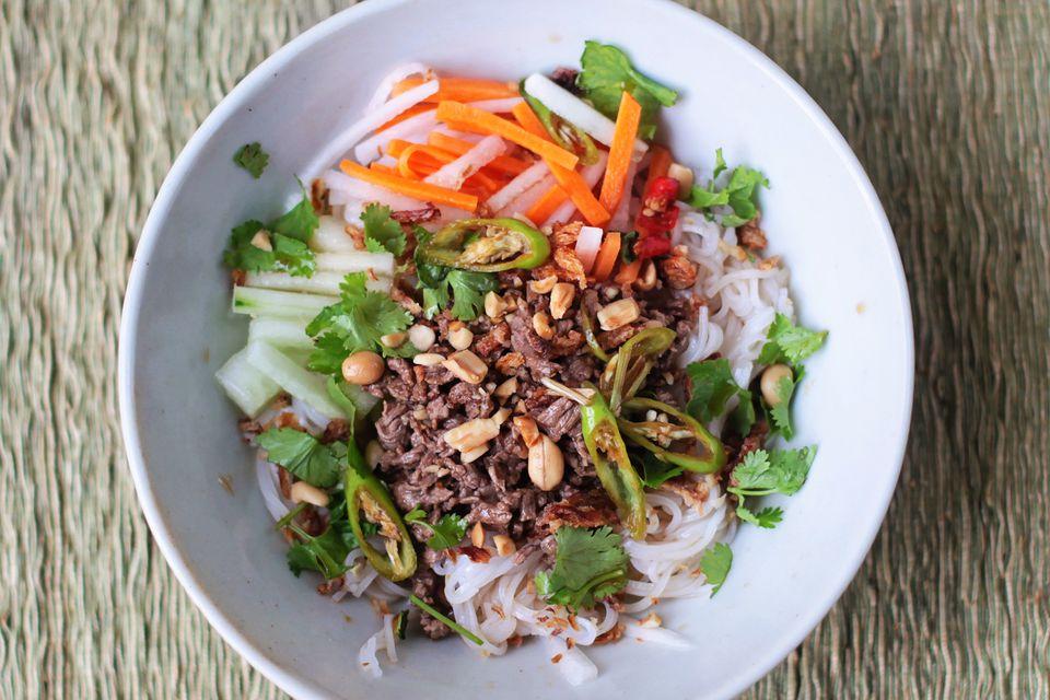 Ensalada de fideos vietnamita con carne de limoncillo (Bun Bo Xao)
